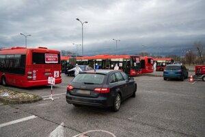 Vozidlá na testovacom mieste drive-through na bratislavskom letisku M. R. Štefánika