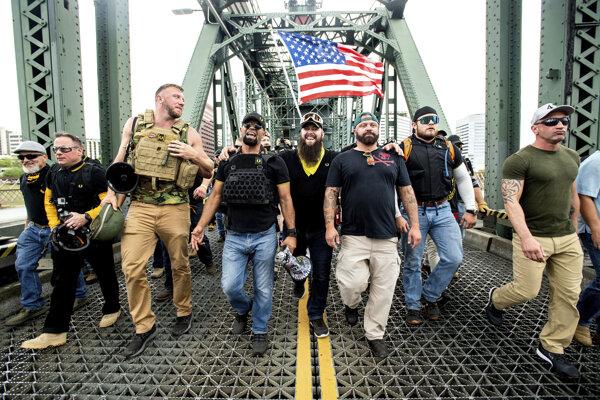 Členovia neofašistického extrémistického pravicového zoskupenia Proud Boys