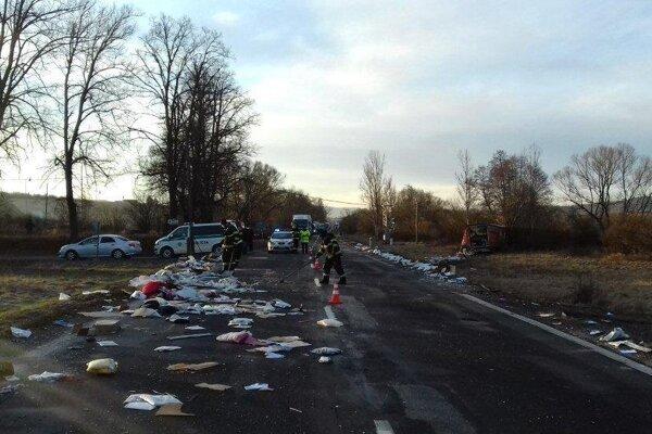 Pri Dobrej Nive sa zrazili dva kamióny.