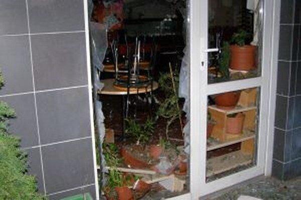 Výbuch pred reštauráciou rozbil sklo.