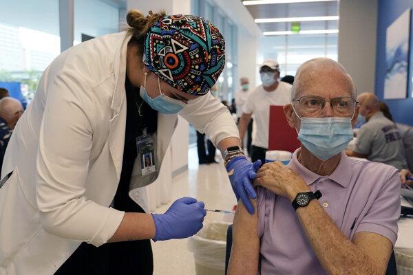 Farmafirmy obmedzili dodávky vakcín.