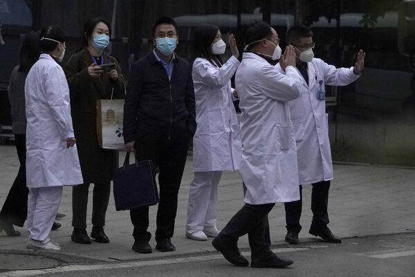 Čínski zdravotníci pred stretnutím s delegáciou Svetovej zdravotníckej organizácie vo Wu-chane.