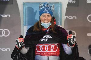 Petra Vlhová s Trofejou snehovej kráľovnej po triumfe v slalome v Záhrebe 2021.
