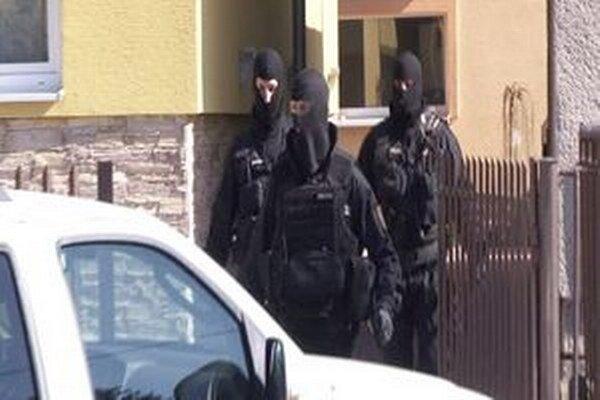 Policajná akcia prebiehala na území troch krajov, zadržali trinásť ľudí. Dnes rozhoduje okresný súd o väzbe ôsmich obvinených.