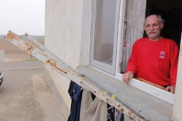 Štefan Paulis ľutuje, že z osady už voličov nezvážajú mikrobusy - tak ako kedysi.