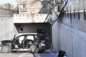 Havarované BMW. Po páde v ňom vystrelili airbagy.