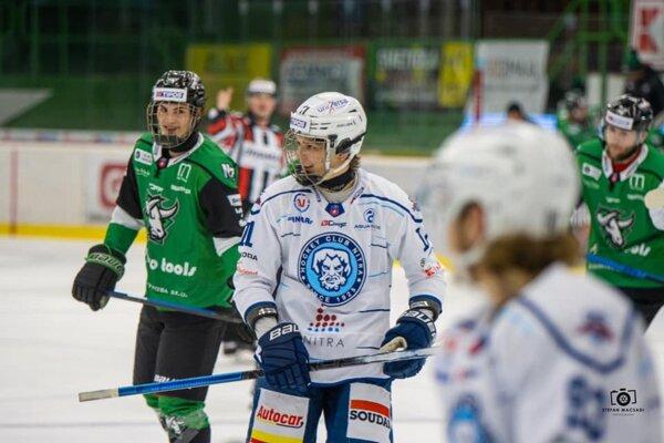 Usmievaví mladíci v derby vľavo Novozámčan Viktor Petrík (v zelenom) vedľa neho v nitrianskom drese s číslom 11 Ondrej Molnár.