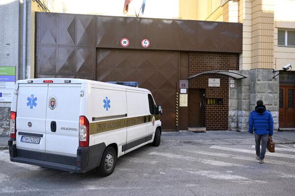 Obhajca obvinenej Peter Erdös prišiel navštíviť svoju klientku Moniku Jankovskú v Nemocnici pre obvinených a odsúdených v Trenčíne.