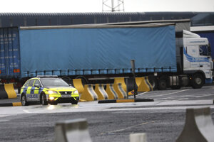 Polícia v prístave Larne.