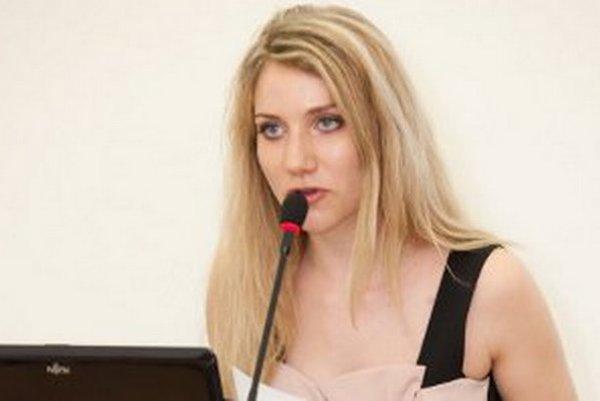 Klaudia Gregušová podľa Belicu nie je študentkou. Štátnice na škole v Sládkovičove ešte zástupkyňa Nitrianskeho samosprávneho kraja v Bruseli nemala.