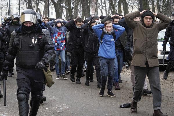 Zadržaní priaznivci Alexeja Navaľného.