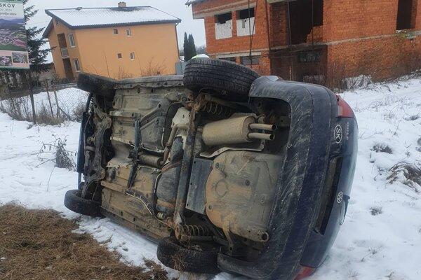 V Ruskove auto zlodeji kvôli krádeži prevrátili.