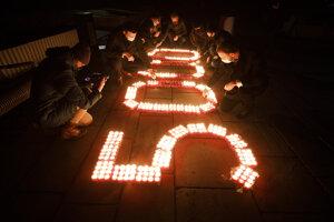 Účastníci zapaľujú sviečky za odvrátiteľné úmrtia pred začiatkom tlačovej konferencie strany.