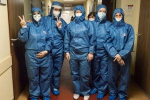 Zdravotnícky personál pracujúci na oddelení s pacientmi s ochorením COVID-19 v Nemocnici Malacky.