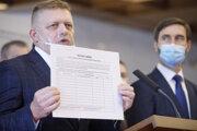 Predseda Smeru Robert Fico ukazuje petičný hárok.