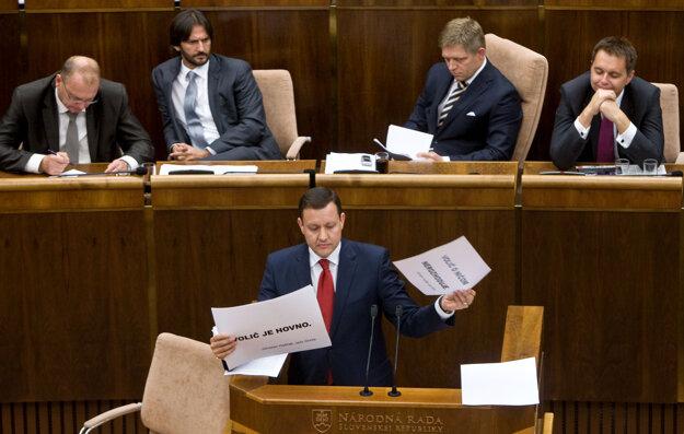 Predseda vlády Robert Fico a poslanec NR SR Daniel Lipšic  počas rokovania mimoriadnej 24. schôdze NR SR, ktorej jediným bodom bol návrh na odvolanie premiéra, september 2013.