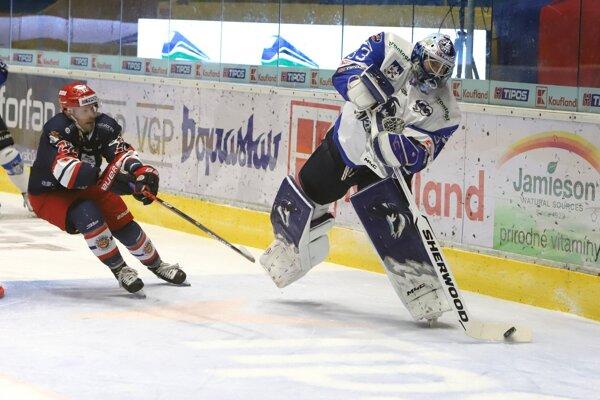Zvolenčan Stupka atakuje brankára Vošvrdu.