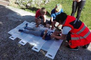 Základy prvej pomoci by mal ovládať každý. Anna to učí aj deti.