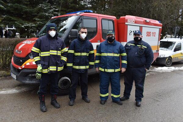 Dobrovoľní hasiči počas testovania na Covid-19.