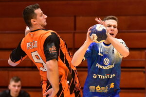 Na snímke domáci Daniel Magdolen a Radovan Pekár z HK Košice, bývalý slovenský reprezentant.