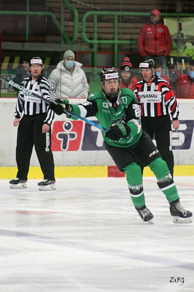 Mladý kanadský obranca Brendt Clarke prispel kvíťazstvu Novozámčanov vDetve dvoma gólmi.