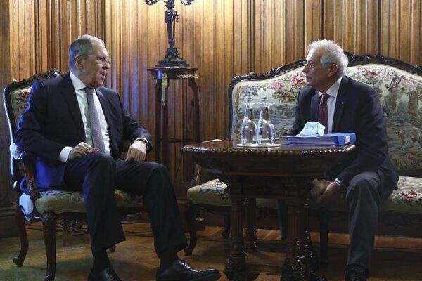 Šéf európskej diplomacie Josep Borrell a ruský minister zahraničných vecí Sergej Lavrov počas rokovania v Moskve.
