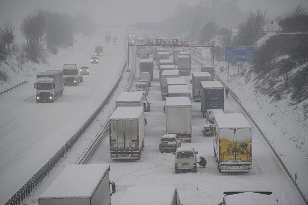Autá a kamióny na diaľnici pri Drážďanoch.