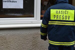 Dobrovoľní hasiči pri testovaní.