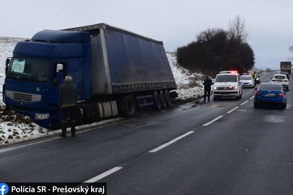 Kamión skončil na okraji cesty.