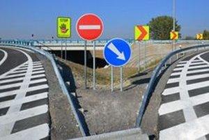 Na R1 sú značky, ktoré upozorňujú vodičov na smer jazdy.