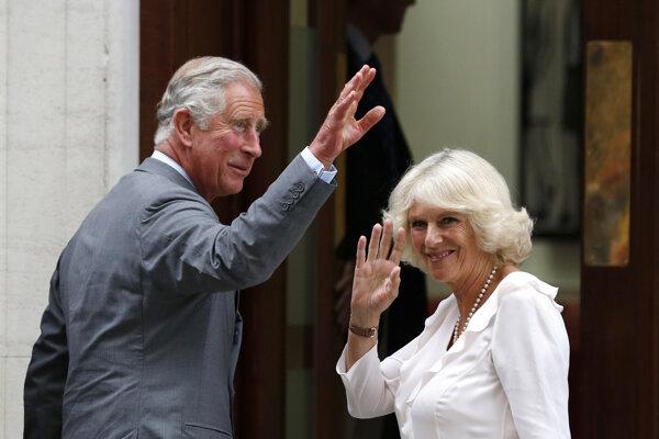 Princ Charles a jeho manželka Camila dostali prvú davku vakcíny proti ochoreniu COVID-19.