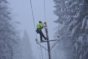 Elektrikári sú v teréne a odstraňujú následky kalamity.