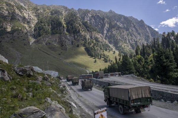 Konvoj indických vojenských síl sa presúva na diaľnici Šrínagar - indický región Ladákh na hranici s Čínou v meste Gagangeer.