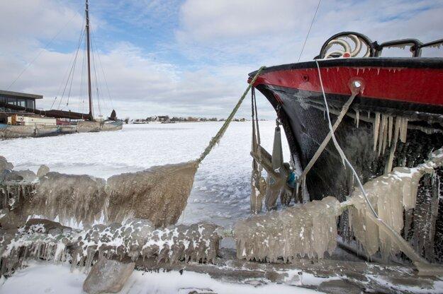 Ľadom pokrytá loď v holandskom meste Monnickendam.