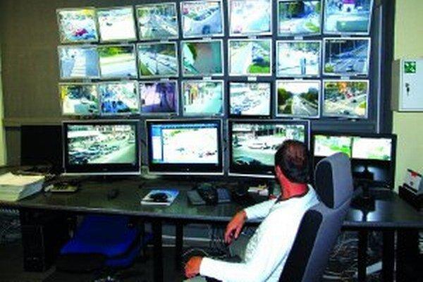 Mestské kamery robia mestá bezpečnejšími. Prenosy z nich sledujú na mestských políciach.