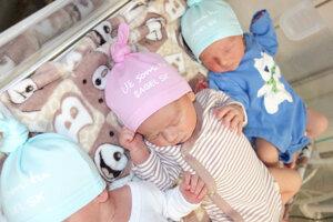 Bábätká v levickej pôrodnici dostávajú takéto čiapočky.
