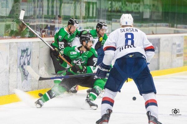 Novozámčania (v zelenom) ani vpiatkovej dohrávke 24. kola na Slovan nestačili.
