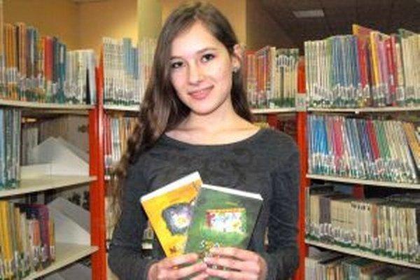 Talentovaná mladá spisovateľka Stela Brix s dvomi zo série svojich kníh.