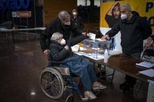 Regionálne voľby v Katalánsku prebiehajú za zvýšených opatrení