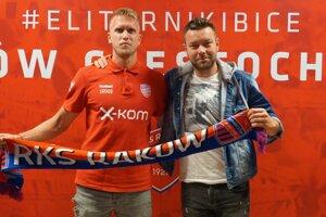 Pavol Pronaj (vpravo) so svojím klientomBranislavom Pindrochom po spečatení prestupu do tímupoľskej Ekstraklasy Rakow Cestochowa.