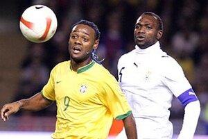 Snímka je stará sedem rokov. V roku 2007 sa hral v Štokholme priateľský zápas reprezentácií medzi Brazíliou a Ghanou. Zľava Vagner Love a kapitán afrického tímu John Mensah.