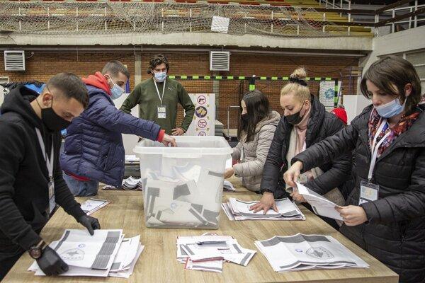 Volebná komisia v Prištine počíta odovzdané hlasy.
