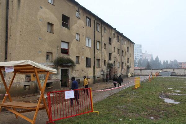 Ulicu K nemocnici strážili policajti i vojaci.