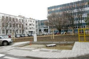 Toalety budú na tomto mieste. Vľavo je budova hlavnej pošty, vzadu sú telekomunikácie.