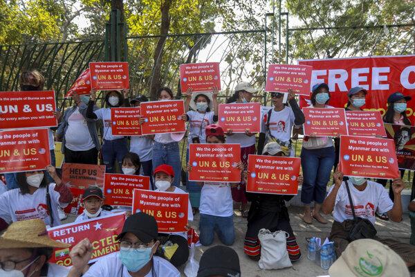 V Mjanmarsku protestujú proti vojenskému prevratu a zadržaniu Su Ťij.