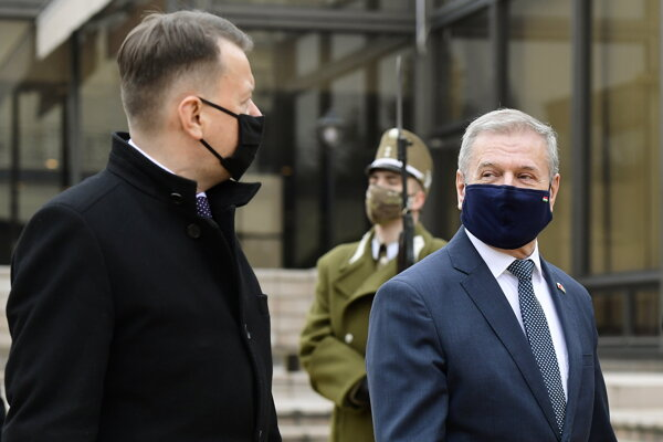 Šéf maďarského rezortu obrany Tibor Benkő (vpravo) a poľský minister obrany Mariusz Blaszczak (vľavo).