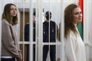Kaciaryna Andrejevová (vpravo) a Darja Čuľcovová z televízie Belsat v priebehu súdneho pojednávania v Minsku.