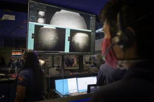 V riadiacom stredisku sledujú zábery z Marsu.