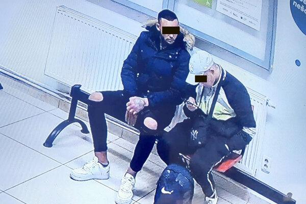Útočník sedí vľavo.