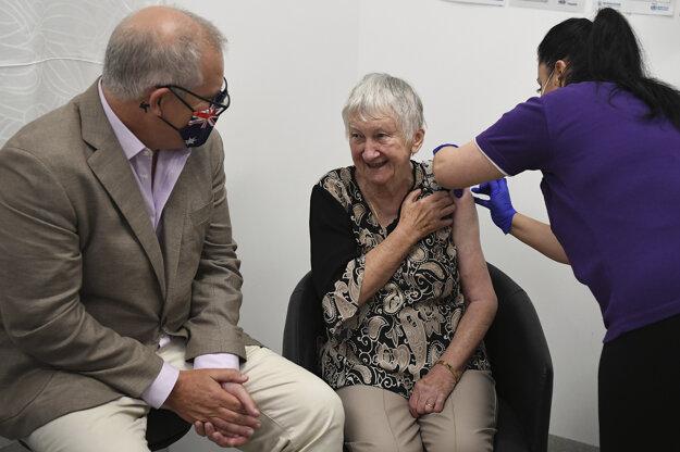 Oficiálne prvou Austrálčankou zaočkovanou proti ochoreniu Covid-19 bola Jane Malysiaková, vedľa nej premiér Scott Morrison.